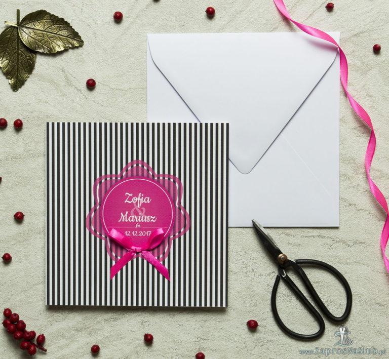 Zaproszenia designerskie – czarno-białe paski z różowym motywem kwiatowym oraz satynową kokardką. ZAP-11-06 - ZaprosNaSlub