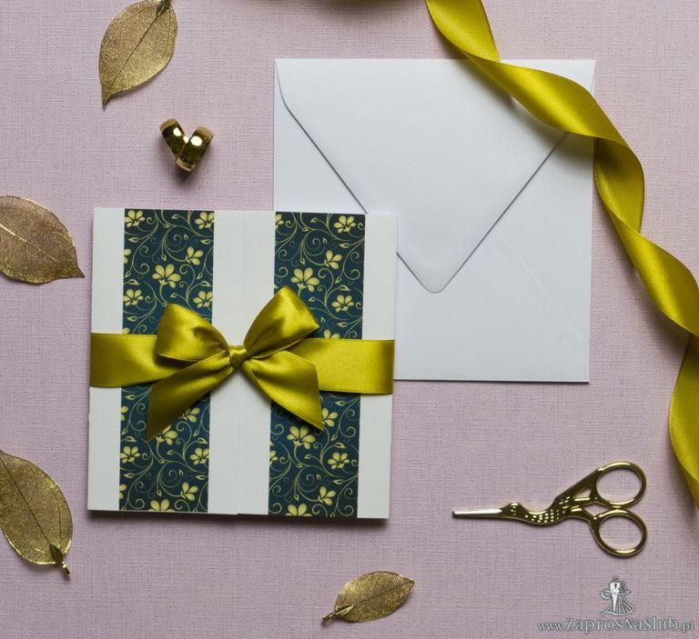 Zaproszenia ślubne z żółto-zielonym motywem kwiatowym, przewiązane wstążką po środku. ZAP-21-01 - ZaprosNaSlub