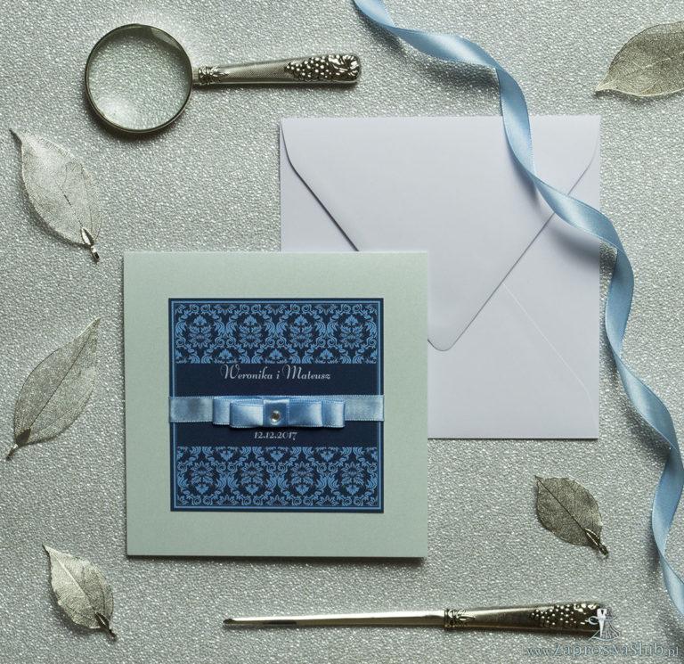 Bardzo eleganckie zaproszenia z niebieskim motywem barokowym, perłowym papierem, wklejanym wnętrzem, satynową wstążką oraz cyrkonią. ZAP-25-18 - ZaprosNaSlub