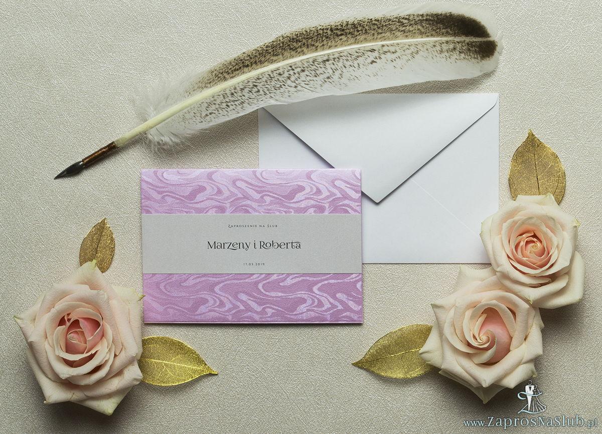 Różowe, eleganckie zaproszenia ze słojami drzew oraz motywem tekstowym wykonanym na papierze perłowym. ZAP-52-71