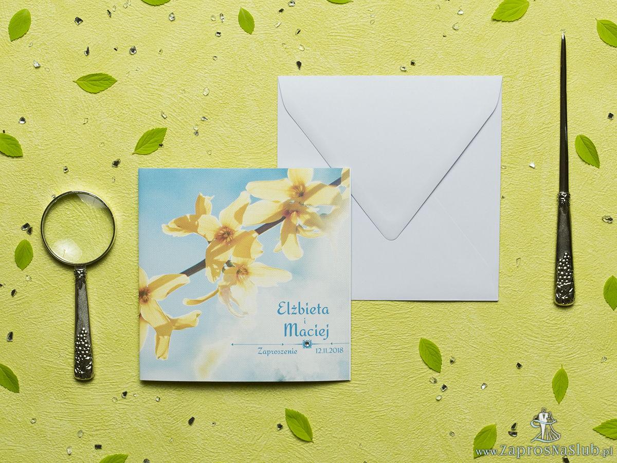 Przepiękne wiosenne zaproszenia ślubne z żółtymi kwiatami forsycji na tle błękitnego nieba oraz z cyrkonią. ZAP-60-06