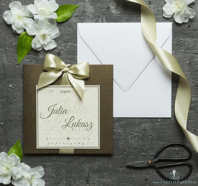 Zaproszenia ślubne na brązowym papierze metalizowanym, ze wstążką w kolorze jasne złoto i cyrkonią oraz wklejanym wnętrzem. ZAP-61-81 - ZaprosNaSlub