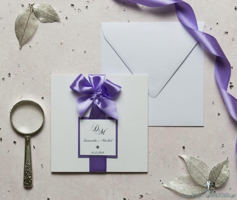 Niezwykle eleganckie zaproszenia ślubne z dwuwarstwowym motywem tekstowym, cyrkonią, fioletową wstążką oraz wklejanym wnętrzem. ZAP-63-85 - ZaprosNaSlub