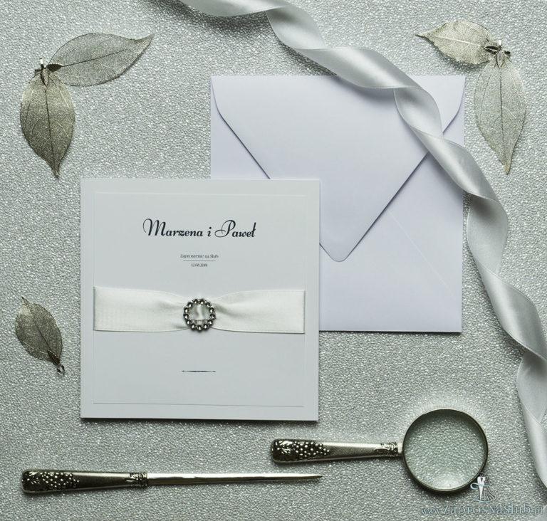 Prestiżowe zaproszenia ślubne z kremową wstążką oraz okrągłą klamrą. ZAP-70-01 - ZaprosNaSlub
