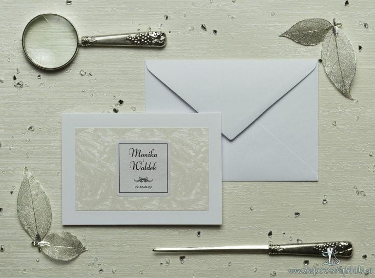 Eleganckie zaproszenia ślubne z cyrkonią oraz papierem ozdobnym z teksturą mrozu, na który przyklejony jest motyw tekstowy. ZAP-72-36 - ZaprosNaSlub