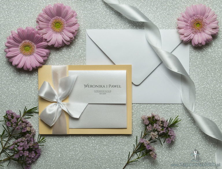 Ciekawe w formie eleganckie zaproszenia ślubne z wkładanym wnętrzem, białą wstążką oraz okładką z papieru w tym samym kolorze. ZAP-73-12 - ZaprosNaSlub