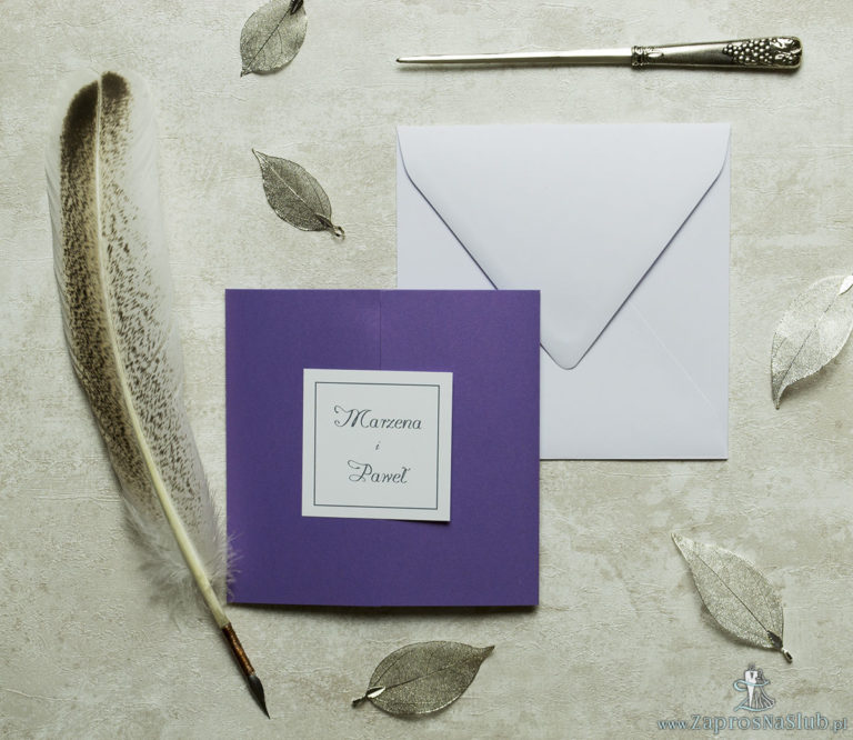 Stylowe zaproszenia ślubne w kolorze fioletowym, rozkładane na trzy części, z przyklejanym wnętrzem oraz motywem tekstowym. ZAP-74-85 - ZaprosNaSlub