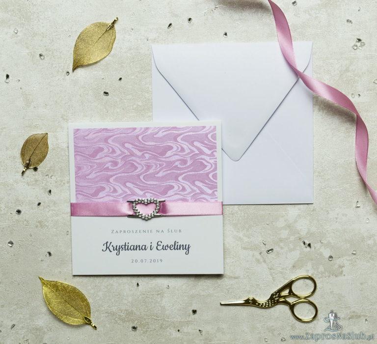 Niezwykle prestiżowe zaproszenia ślubne z różowym papierem ze słojami drzew, różową wstążką i klamerką w kształcie serca. ZAP-78-71