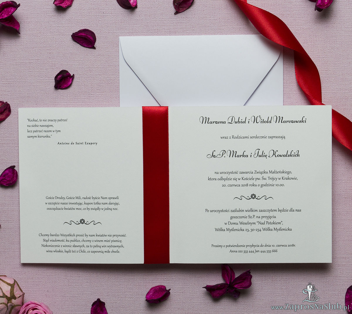 Kwadratowe zaproszenia ślubne z sercem składającym się z pasków oraz z czerwoną wstążką. ZAP-84-01