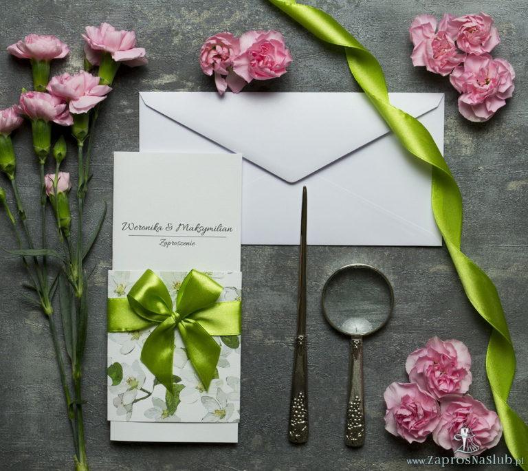 Niebanalne kwiatowe zaproszenia ślubne. Kwiaty jabłoni, oliwkowa wstążka i wnętrze wkładane w okładkę. ZAP-90-01 - ZaprosNaSlub