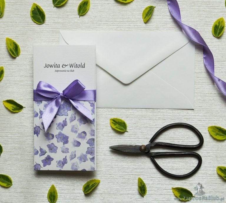 Zjawiskowe zaproszenia ślubne z fioletowymi kwiatami, przewiązane wstążką satynowaną w podobnym kolorze. ZAP-92-02 - ZaprosNaSlub
