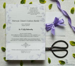 Zjawiskowe zaproszenia ślubne z fioletowymi kwiatami, przewiązane wstążką satynowaną w podobnym kolorze. ZAP-92-02