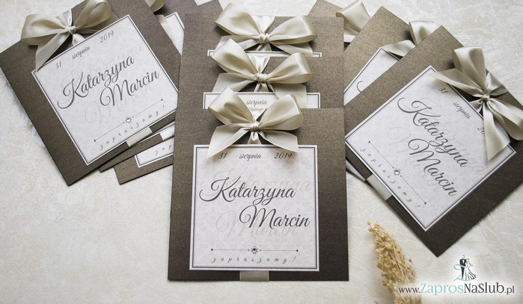 Zaproszenia ślubne na brązowym papierze metalizowanym, ze wstążką w kolorze jasne złoto i cyrkonią oraz wklejanym wnętrzem. ZAP-61-81 (1)