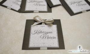 Zaproszenia ślubne na brązowym papierze metalizowanym, ze wstążką w kolorze jasne złoto i cyrkonią oraz wklejanym wnętrzem. ZAP-61-81 (10)