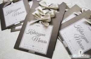 Zaproszenia ślubne na brązowym papierze metalizowanym, ze wstążką w kolorze jasne złoto i cyrkonią oraz wklejanym wnętrzem. ZAP-61-81 (2)