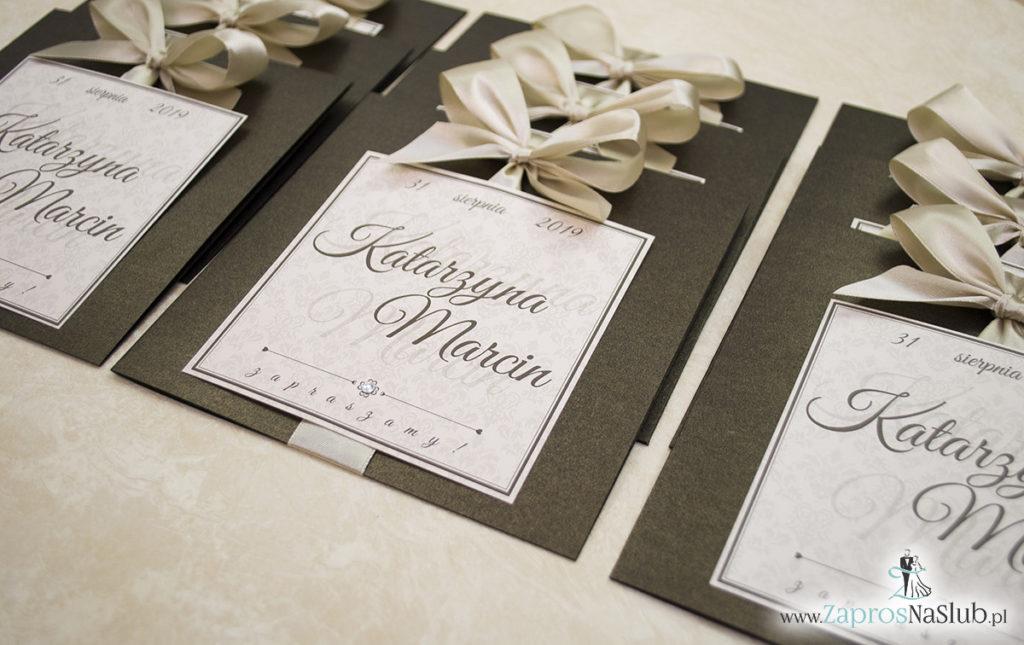 Zaproszenia ślubne na brązowym papierze metalizowanym, ze wstążką w kolorze jasne złoto i cyrkonią oraz wklejanym wnętrzem. ZAP-61-81 (4)