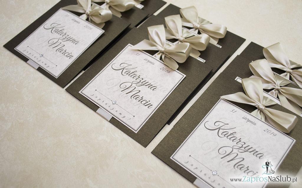 Zaproszenia ślubne na brązowym papierze metalizowanym, ze wstążką w kolorze jasne złoto i cyrkonią oraz wklejanym wnętrzem. ZAP-61-81 (5)