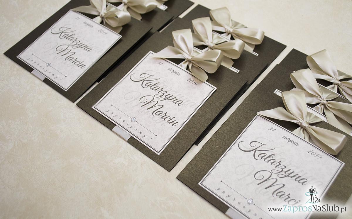 Zaproszenia ślubne na brązowym papierze metalizowanym, ze wstążką w kolorze jasne złoto i cyrkonią oraz wklejanym wnętrzem. ZAP-61-81