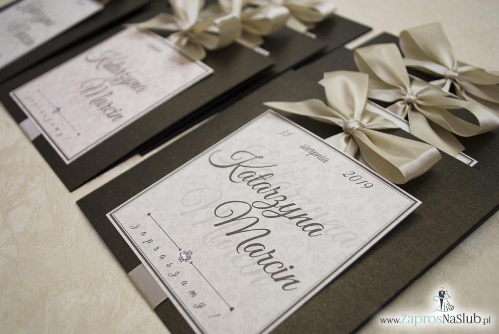 Zaproszenia ślubne na brązowym papierze metalizowanym, ze wstążką w kolorze jasne złoto i cyrkonią oraz wklejanym wnętrzem. ZAP-61-81 (7)