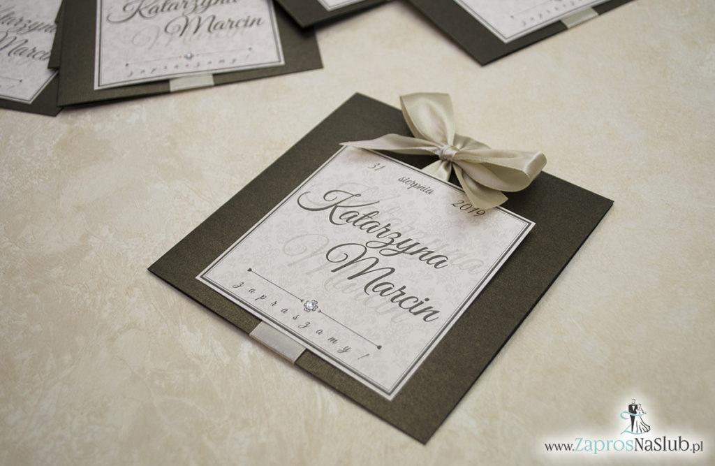 Zaproszenia ślubne na brązowym papierze metalizowanym, ze wstążką w kolorze jasne złoto i cyrkonią oraz wklejanym wnętrzem. ZAP-61-81 (9)