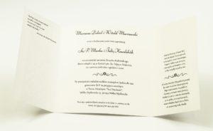 Zaproszenia z różowo-białym motywem florystycznym, przewiązane wstążką po środku. ZAP-21-02