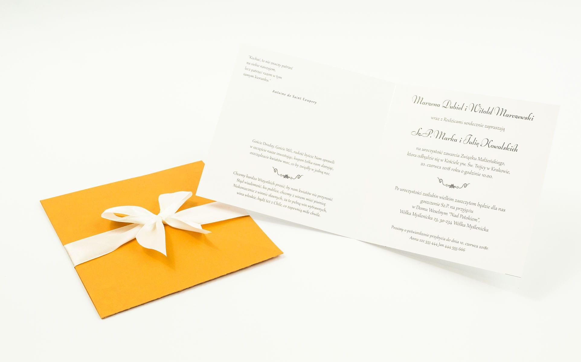 Dwuczęściowe zaproszenia ślubne z charakterystyczną kopertą w kolorze pomarańczowy liść, satynową wstążką oraz wkładką. ZAP-45-67