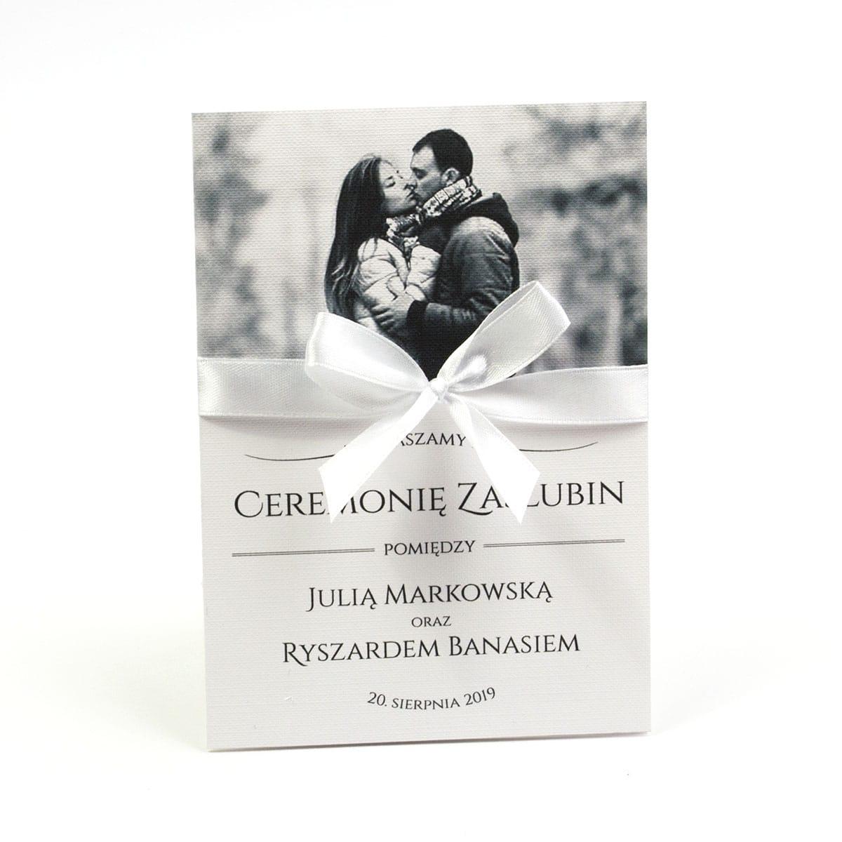 Fotozaproszenia - zaproszenia ślubne ze zdjęciem i białą kokardką (kolor kokardki dowolny). Kolekcja Foto