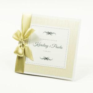 Bardzo prestiżowe zaproszenia ślubne z jasno-złotą kokardką, dwoma cyrkoniami, kilkoma warstwami ciekawego papieru (np. jasny z motywem przypominającym korę) oraz wklejanym wnętrzem. ZAP-71-38
