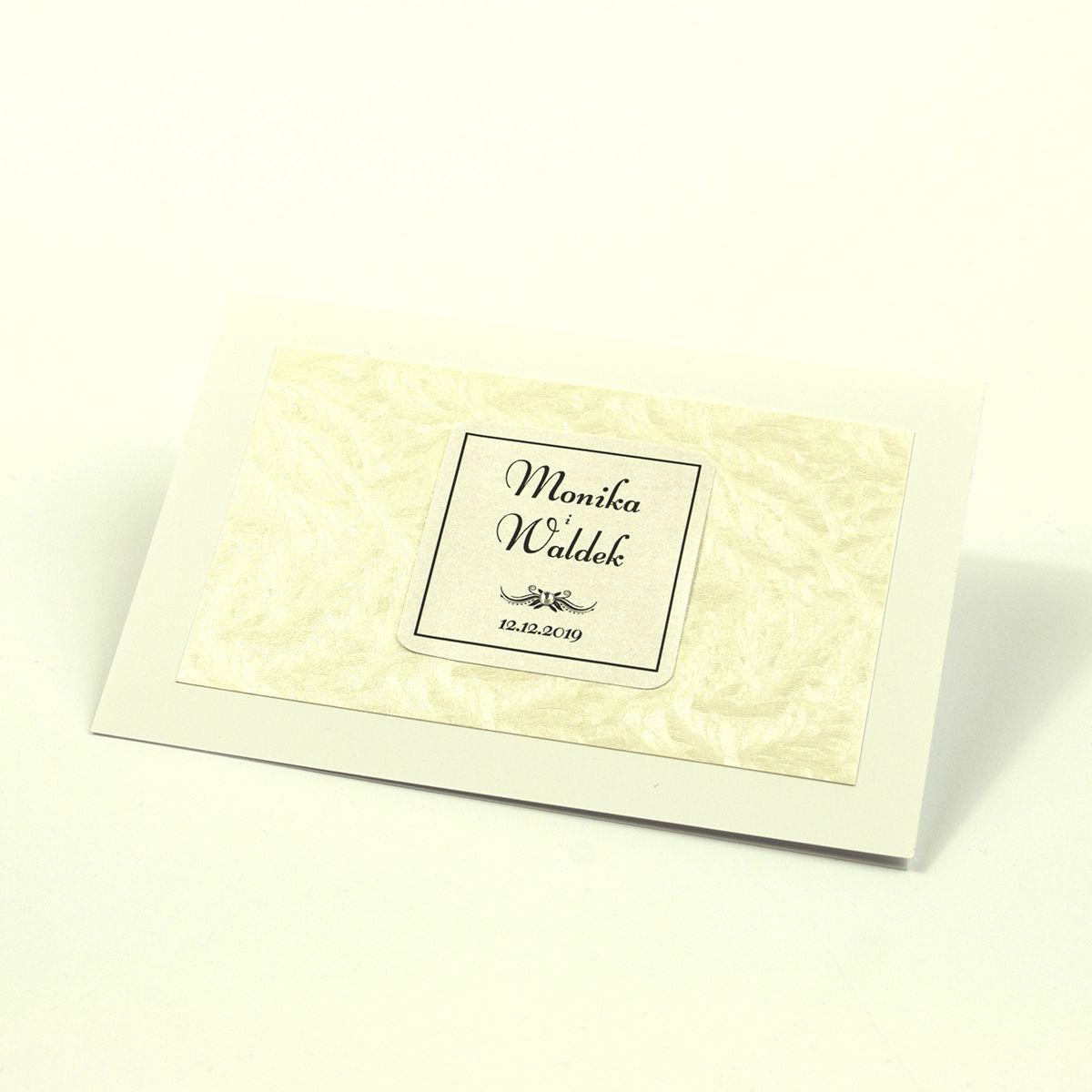 Eleganckie zaproszenia ślubne z cyrkonią oraz papierem ozdobnym z teksturą mrozu, na który przyklejony jest motyw tekstowy. ZAP-72-36