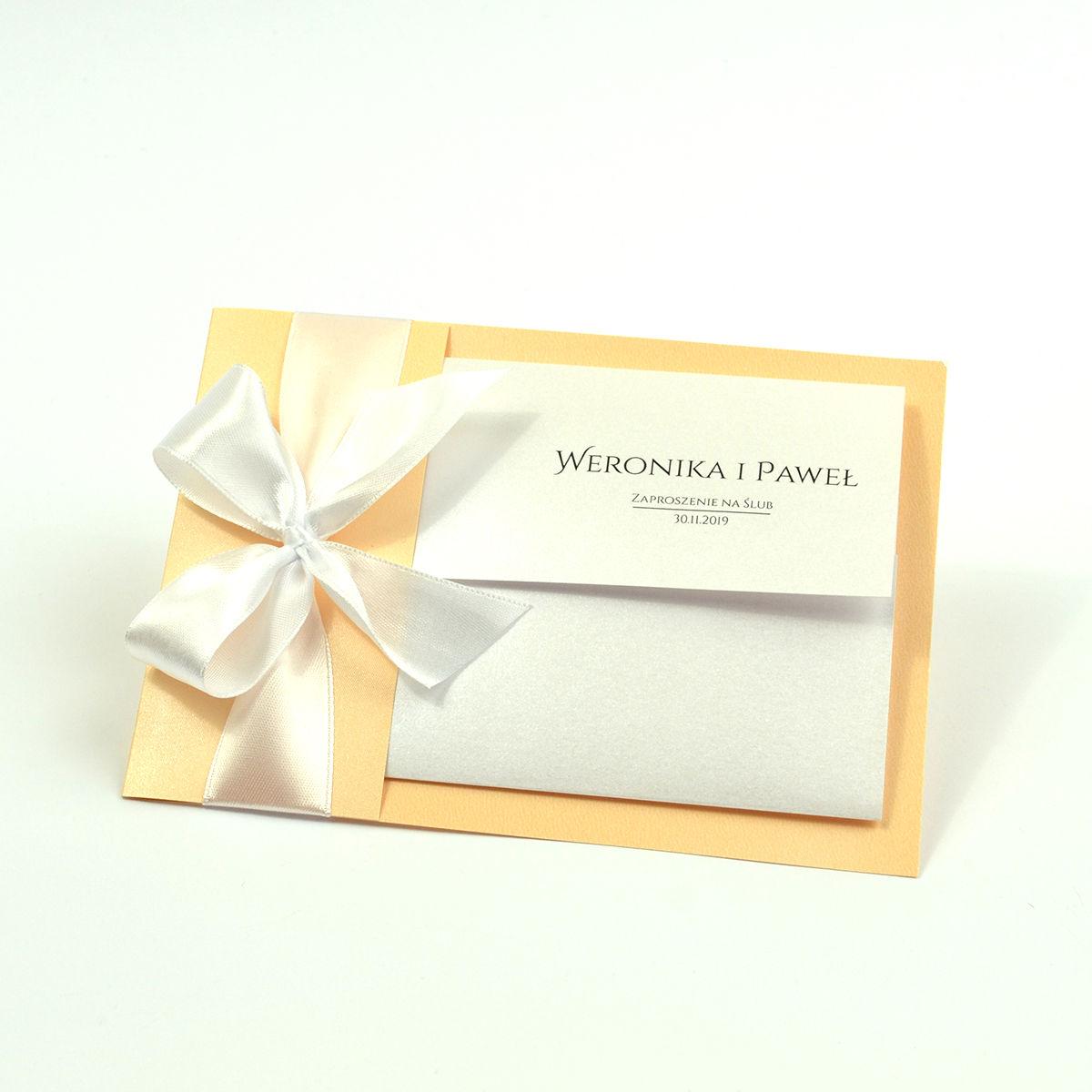 Ciekawe w formie eleganckie zaproszenia ślubne z wkładanym wnętrzem, białą wstążką oraz okładką z papieru w tym samym kolorze. ZAP-73-12