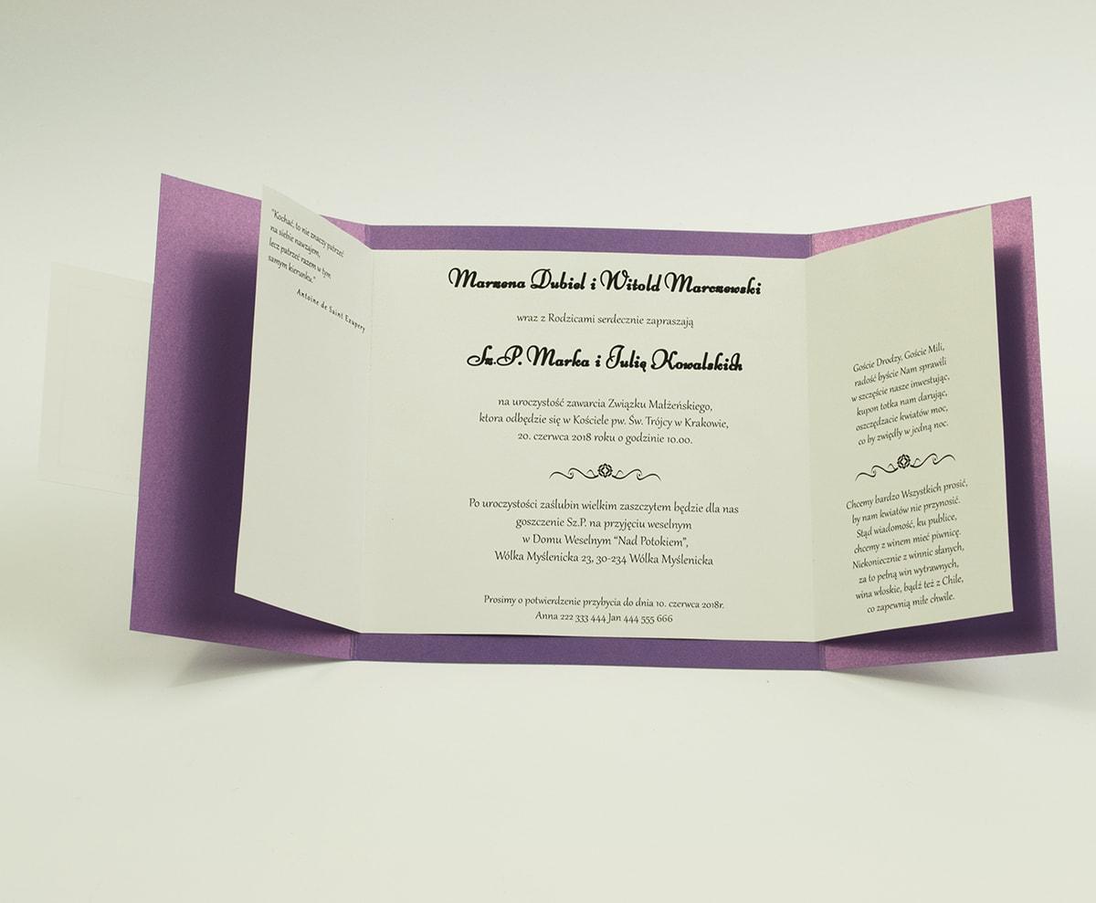 Stylowe zaproszenia ślubne w kolorze fioletowym, rozkładane na trzy części, z przyklejanym wnętrzem oraz motywem tekstowym. ZAP-74-85