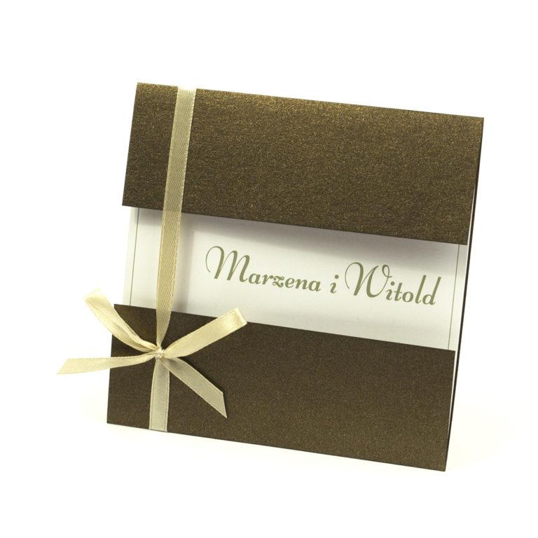 Przyciągające eleganckie zaproszenia ślubne z kwadratowym wnętrzem, wstążką koloru jasnobeżowego i ciekawie wyciętą okładką z brązowego, metalizowanego papieru. ZAP-79-81 - ZaprosNaSlub