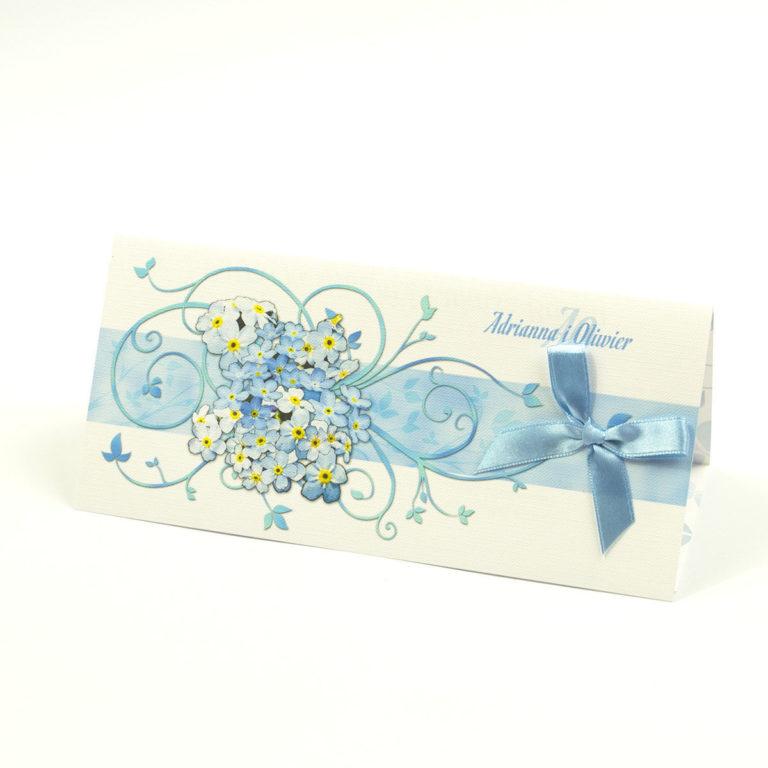 Składane na trzy części kwiatowe zaproszenia ślubne w formacie DL. Niezapominajki, błękitna kokardka i interesujący motyw ozdobny. ZAP-95-05 - ZaprosNaSlub