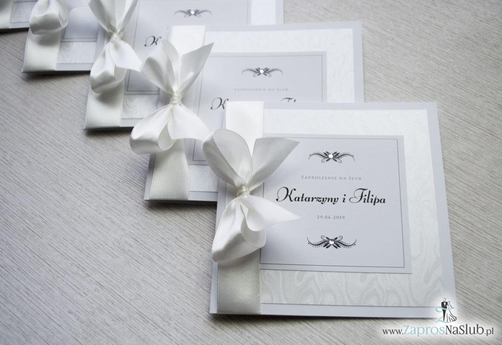 Bardzo prestiżowe zaproszenia ślubne z kokardką w kolorze ecru, dwoma cyrkoniami, kilkoma warstwami ciekawego papieru (np. z motywem srebrnych słojów drzew) oraz wklejanym wnętrzem. ZAP-71-30 (1)