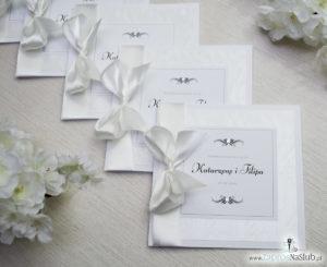 Bardzo prestiżowe zaproszenia ślubne z kokardką w kolorze ecru, dwoma cyrkoniami, kilkoma warstwami ciekawego papieru (np. z motywem srebrnych słojów drzew) oraz wklejanym wnętrzem. ZAP-71-30 (10)