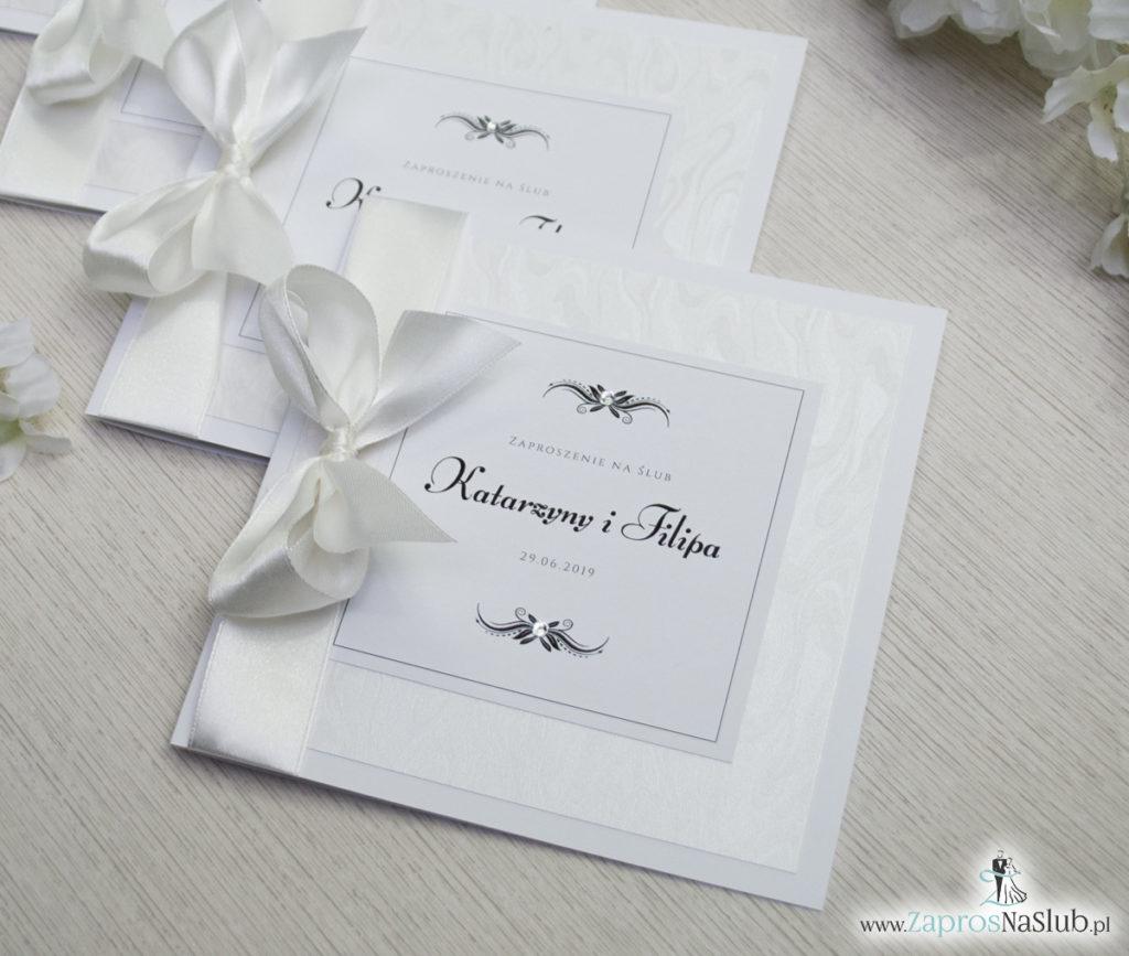 Bardzo prestiżowe zaproszenia ślubne z kokardką w kolorze ecru, dwoma cyrkoniami, kilkoma warstwami ciekawego papieru (np. z motywem srebrnych słojów drzew) oraz wklejanym wnętrzem. ZAP-71-30 (11)