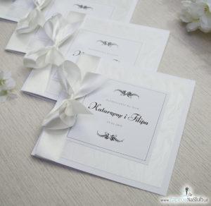 Bardzo prestiżowe zaproszenia ślubne z kokardką w kolorze ecru, dwoma cyrkoniami, kilkoma warstwami ciekawego papieru (np. z motywem srebrnych słojów drzew) oraz wklejanym wnętrzem. ZAP-71-30 (12)
