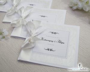 Bardzo prestiżowe zaproszenia ślubne z kokardką w kolorze ecru, dwoma cyrkoniami, kilkoma warstwami ciekawego papieru (np. z motywem srebrnych słojów drzew) oraz wklejanym wnętrzem. ZAP-71-30 (13)
