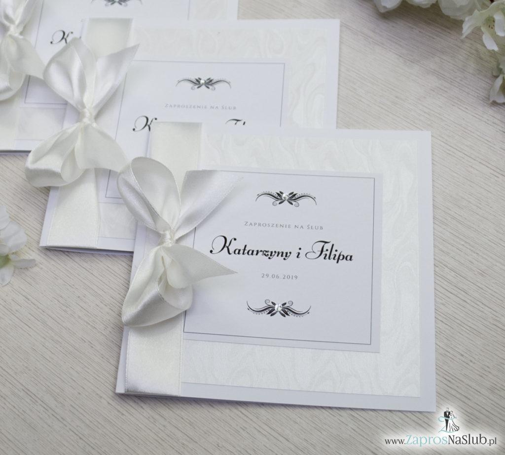 Bardzo prestiżowe zaproszenia ślubne z kokardką w kolorze ecru, dwoma cyrkoniami, kilkoma warstwami ciekawego papieru (np. z motywem srebrnych słojów drzew) oraz wklejanym wnętrzem. ZAP-71-30 (14)