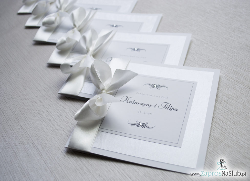 Bardzo prestiżowe zaproszenia ślubne z kokardką w kolorze ecru, dwoma cyrkoniami, kilkoma warstwami ciekawego papieru (np. z motywem srebrnych słojów drzew) oraz wklejanym wnętrzem. ZAP-71-30 (15)