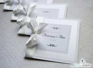 Bardzo prestiżowe zaproszenia ślubne z kokardką w kolorze ecru, dwoma cyrkoniami, kilkoma warstwami ciekawego papieru (np. z motywem srebrnych słojów drzew) oraz wklejanym wnętrzem. ZAP-71-30 (2)