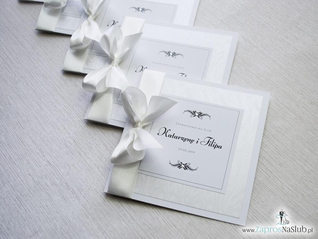 Bardzo prestiżowe zaproszenia ślubne z kokardką w kolorze ecru, dwoma cyrkoniami, kilkoma warstwami ciekawego papieru (np. z motywem srebrnych słojów drzew) oraz wklejanym wnętrzem. ZAP-71-30 (3)