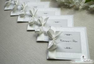 Bardzo prestiżowe zaproszenia ślubne z kokardką w kolorze ecru, dwoma cyrkoniami, kilkoma warstwami ciekawego papieru (np. z motywem srebrnych słojów drzew) oraz wklejanym wnętrzem. ZAP-71-30 (4)