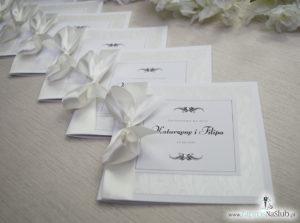 Bardzo prestiżowe zaproszenia ślubne z kokardką w kolorze ecru, dwoma cyrkoniami, kilkoma warstwami ciekawego papieru (np. z motywem srebrnych słojów drzew) oraz wklejanym wnętrzem. ZAP-71-30 (5)