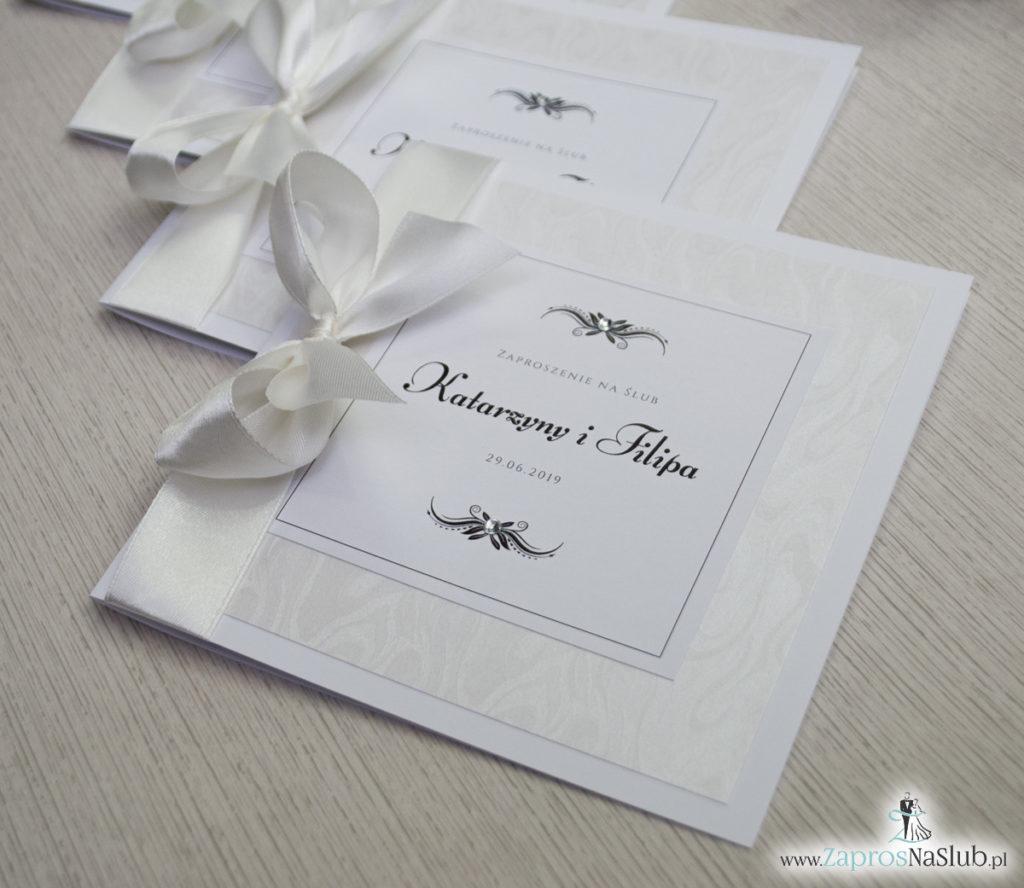 Bardzo prestiżowe zaproszenia ślubne z kokardką w kolorze ecru, dwoma cyrkoniami, kilkoma warstwami ciekawego papieru (np. z motywem srebrnych słojów drzew) oraz wklejanym wnętrzem. ZAP-71-30 (7)