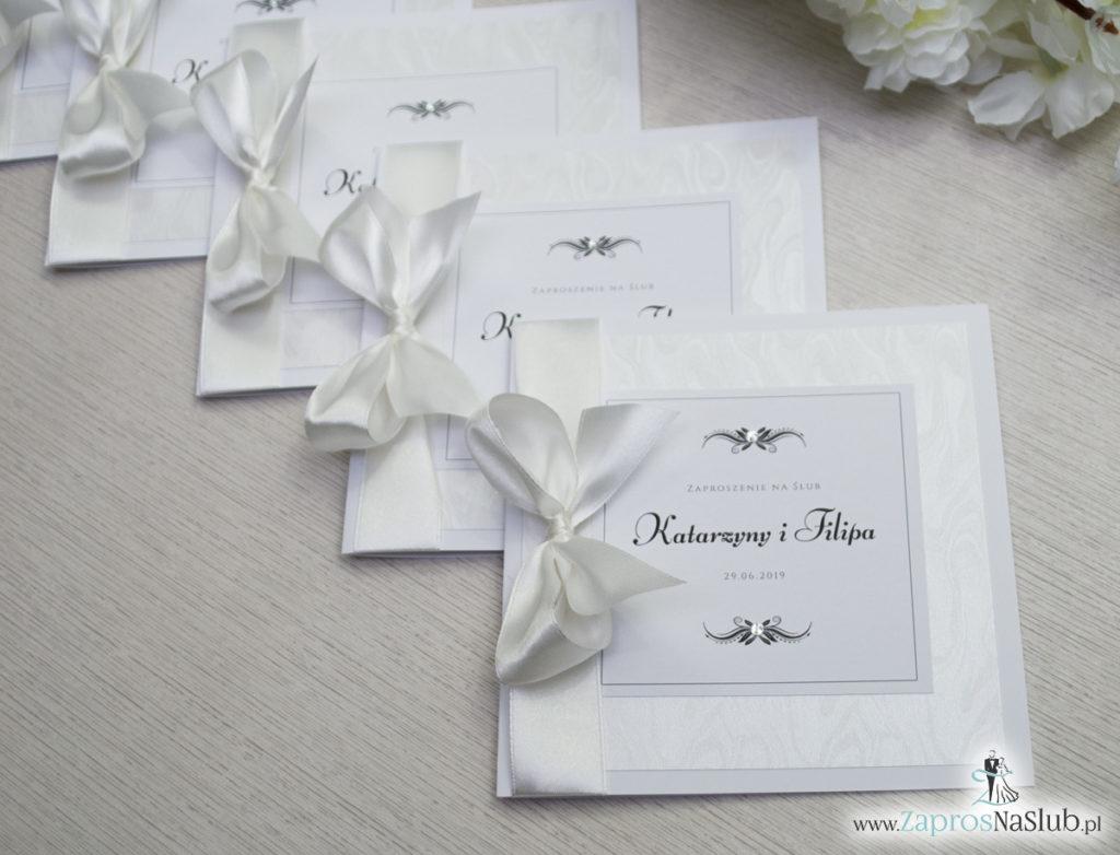 Bardzo prestiżowe zaproszenia ślubne z kokardką w kolorze ecru, dwoma cyrkoniami, kilkoma warstwami ciekawego papieru (np. z motywem srebrnych słojów drzew) oraz wklejanym wnętrzem. ZAP-71-30 (8)