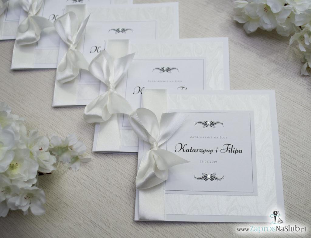 Bardzo prestiżowe zaproszenia ślubne z kokardką w kolorze ecru, dwoma cyrkoniami, kilkoma warstwami ciekawego papieru (np. z motywem srebrnych słojów drzew) oraz wklejanym wnętrzem. ZAP-71-30 (9)