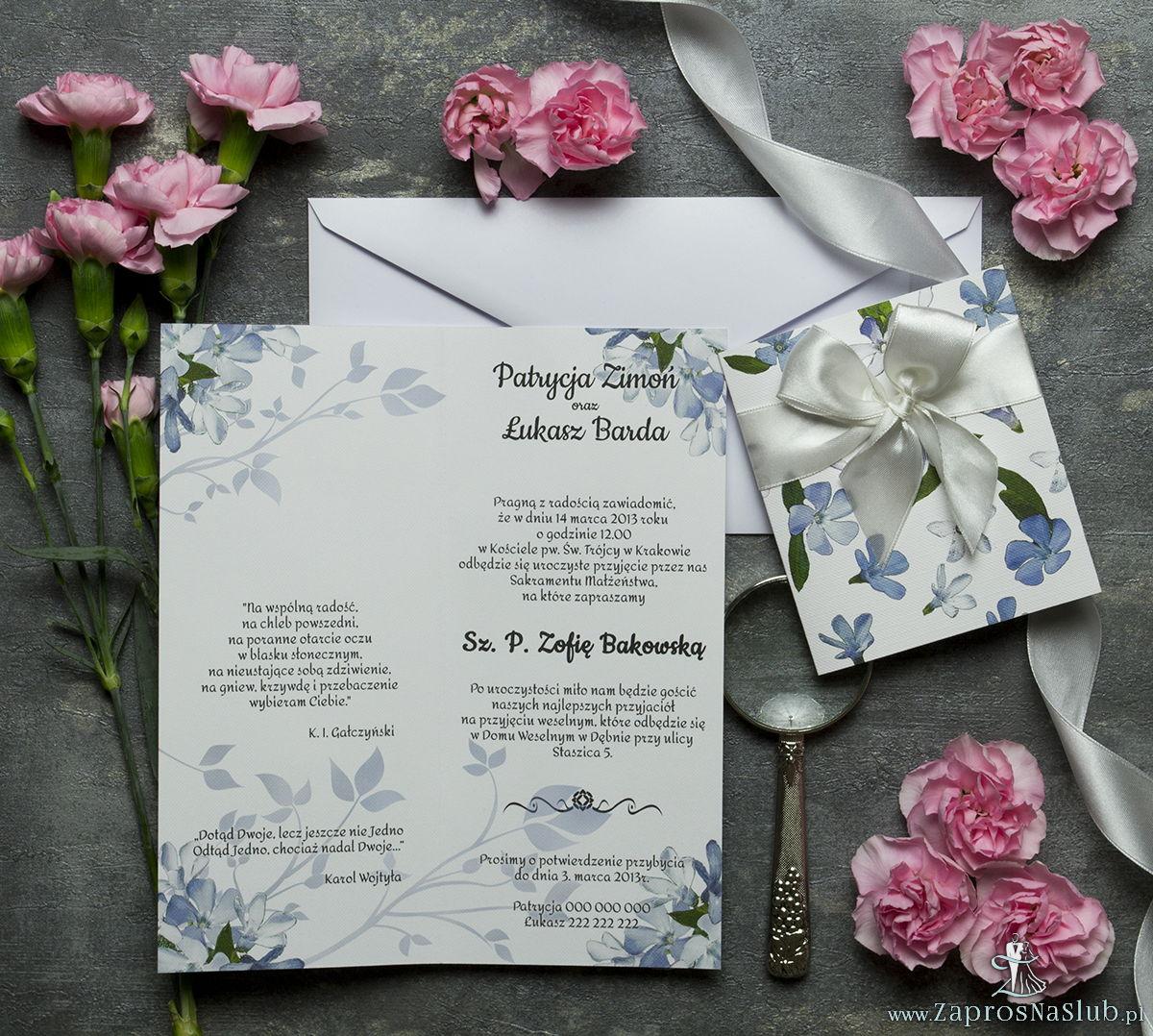 Niebanalne kwiatowe zaproszenia ślubne. Niebiesko-białe kwiaty, biała wstążka i wnętrze wkładane w okładkę. ZAP-90-10