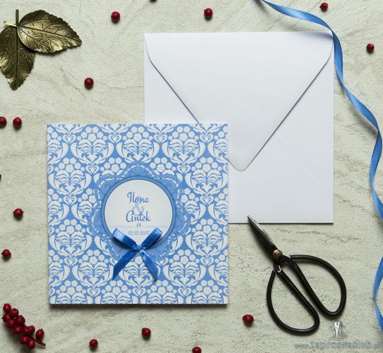 Zaproszenia designerskie – błękitno-biały ornament florystyczny z trójbarwnym motywem kwiatowym oraz satynową kokardką. ZAP-11-10 - ZaprosNaSlub