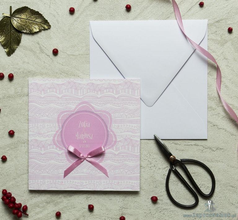 Zaproszenia designerskie – biało-różowe dekoracyjne paski z różowym motywem kwiatowym oraz satynową kokardką. ZAP-11-07 - ZaprosNaSlub